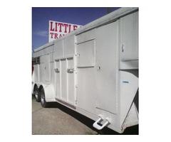 Straight load gooseneck livestock trailer